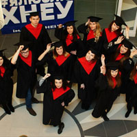 Магистры в выпускных костюмах